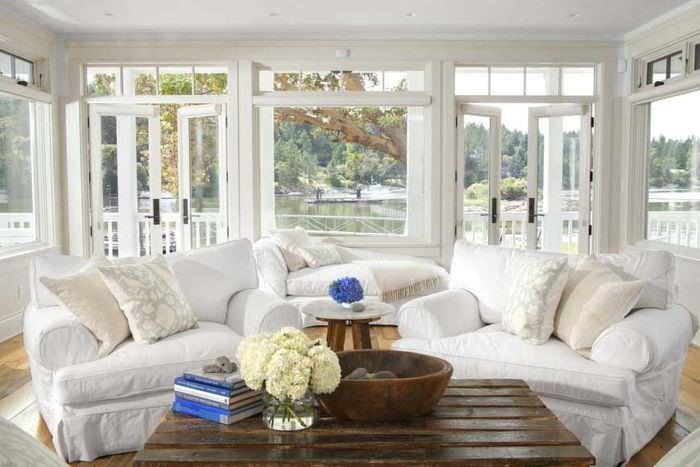 Французское окно в стиле прованс в гостиной загородного дома