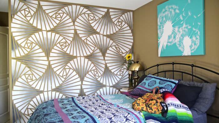 Стена в спальне, оформленная своими руками с помощью краски и трафаретов