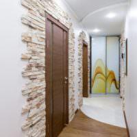 Плитки камня на стене в прихожей