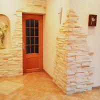 Пример оформления стен прихожей декоративным камнем