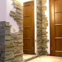 Плитки камня в окантовке дверного проема в прихожей