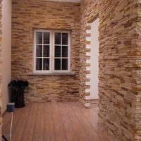 Прихожая частного дома с отделкой стен камнем