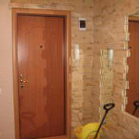 Фото прихожей городской квартиры с отделкой стен камнем