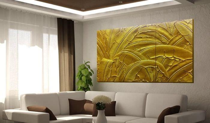 Декоративное панно в интерьере просторной гостиной с белыми стенами