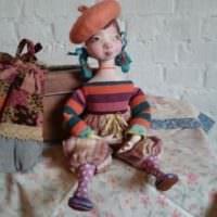 Кукла из папье-маше на комоде в гостиной