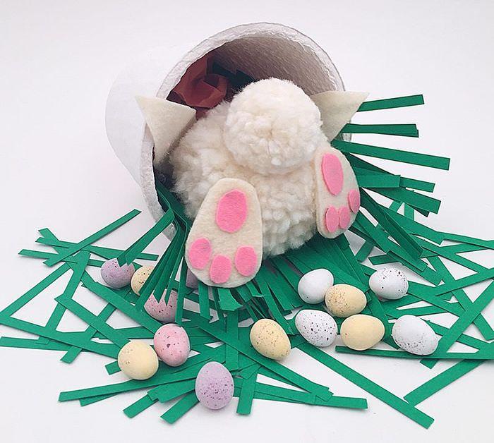 Композиция к празднику Пасхи с игрушечным кроликом своими руками