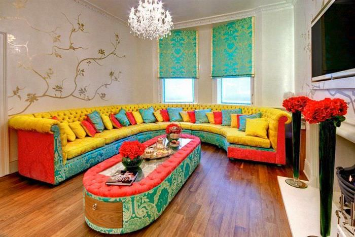 Дизайн гостиной в пестрых тонах