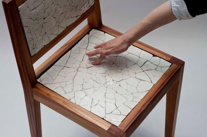 Дизайнерский стул, украшенный осколками кафельной плитки