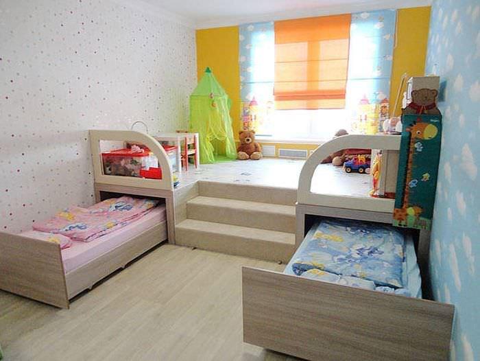 Подиум в детской с выдвижными кроватями