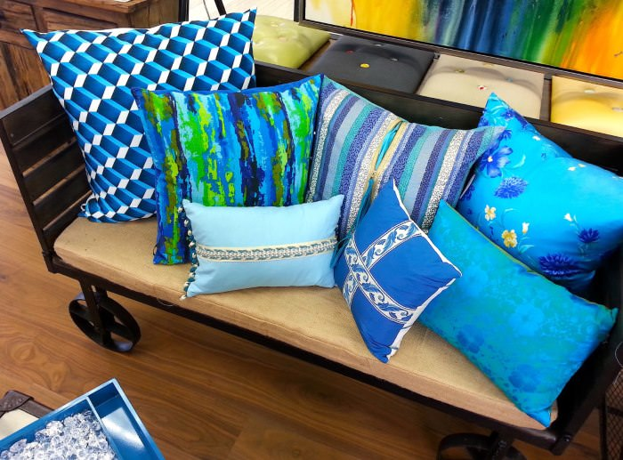 Коллекция любимых подушек на диване в гостиной