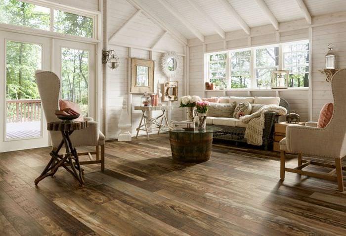 Деревянный пол в загородном доме в стиле прованс