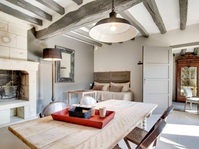 Деревянные балки в дизайне потолка загородного дома