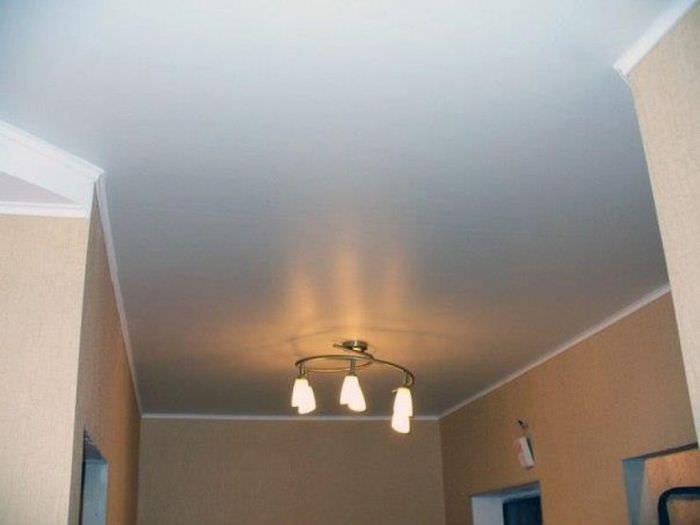 Крашенный потолок в прихожей и люстра с рожками