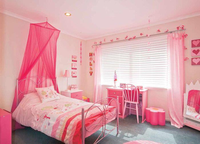 вариант яркого интерьера спальни для девочки