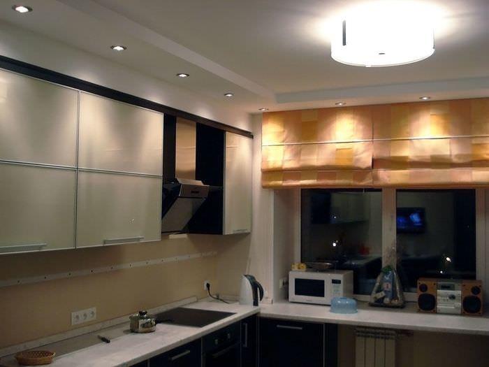 пример яркого интерьера потолка кухни