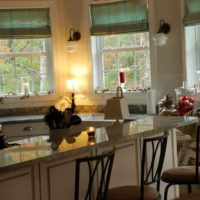 идея светлого декора окна на кухне фото