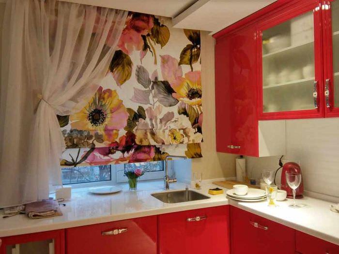 вариант яркого интерьера окна на кухне