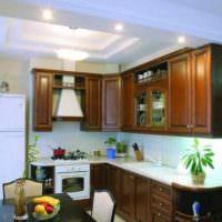 вариант яркого дизайна потолка на кухне картинка