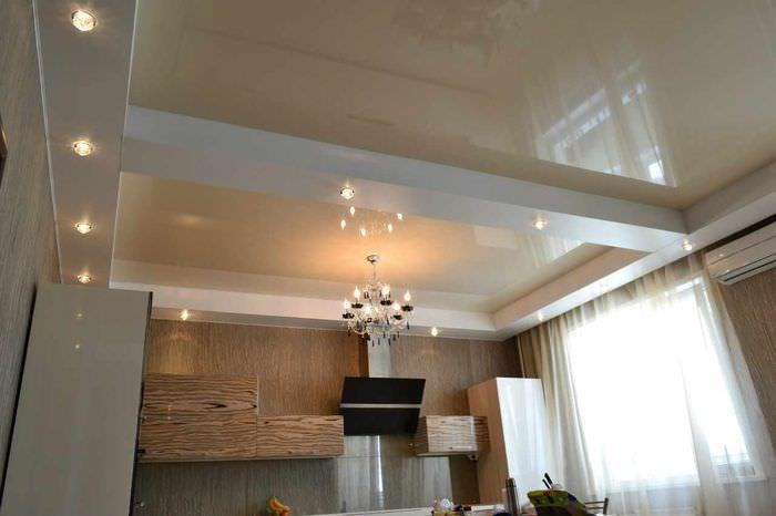 вариант яркого интерьера потолка на кухне