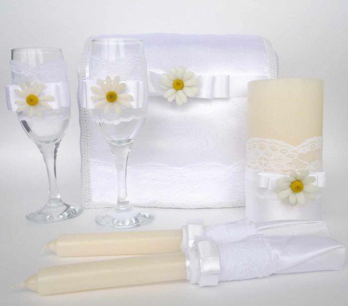 вариант светлого оформления стиля свадебных бокалов