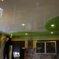вариант необычного стиля потолка кухни картинка