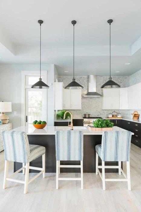 пример светлого стиля потолка на кухне