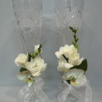 вариант красивого украшения декора свадебных бокалов картинка