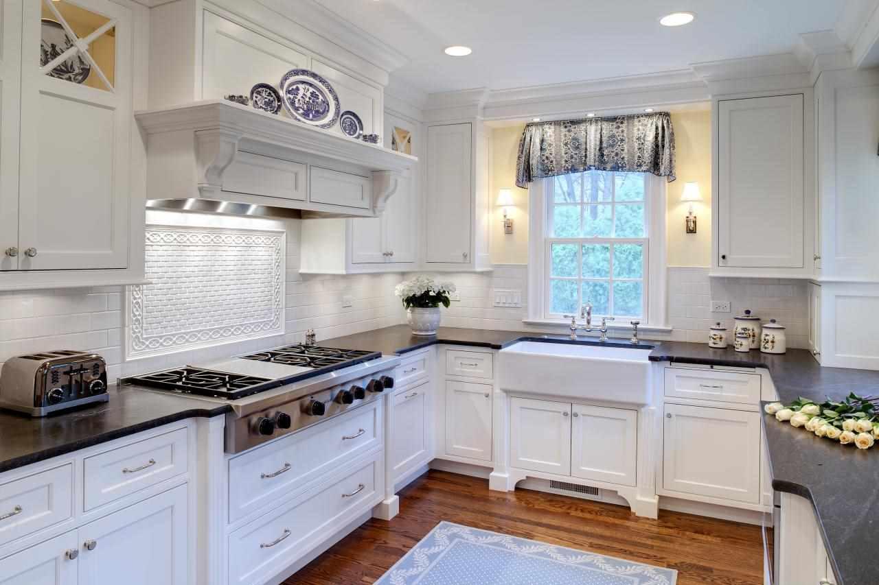 вариант яркого декора окна на кухне