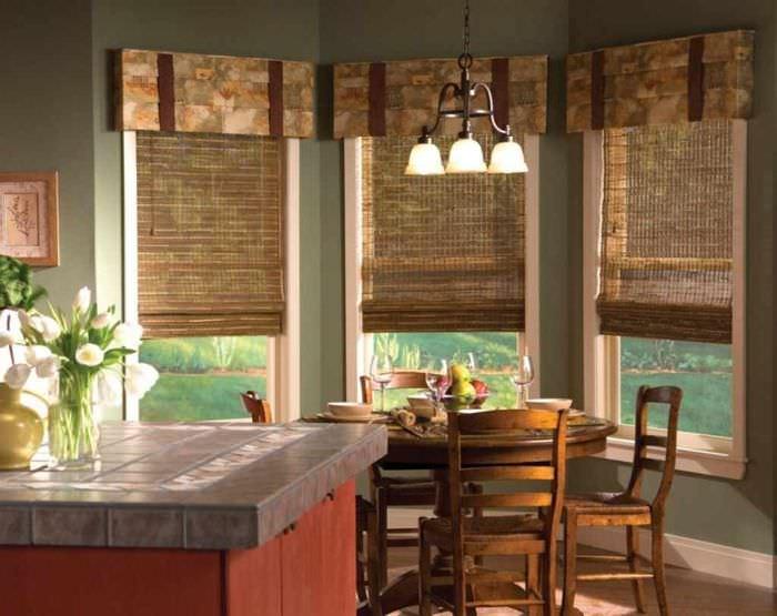 пример необычного стиля окна на кухне