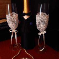 идея яркого украшения дизайна свадебных бокалов картинка