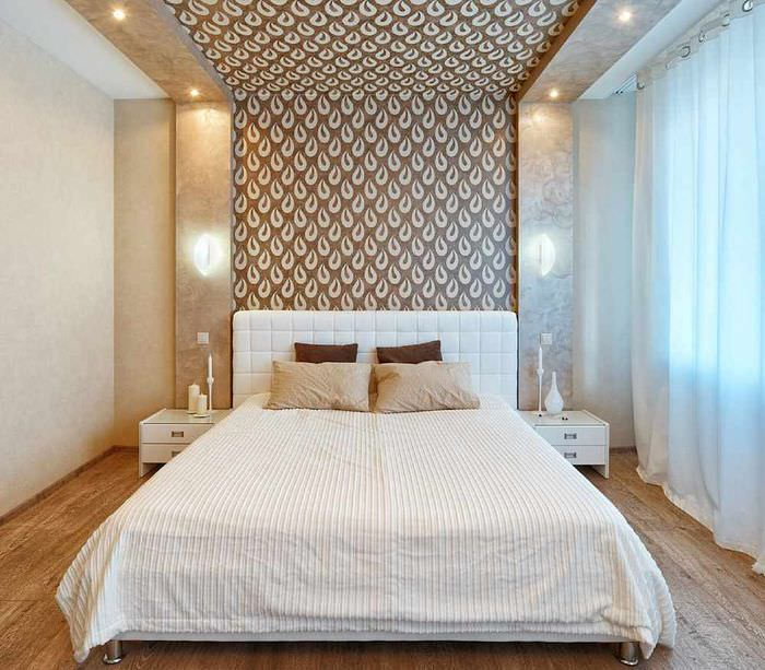 пример светлого интерьера изголовья кровати