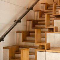 идея светлого интерьера лестницы в честном доме картинка
