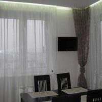 идея яркого дизайна окна на кухне картинка
