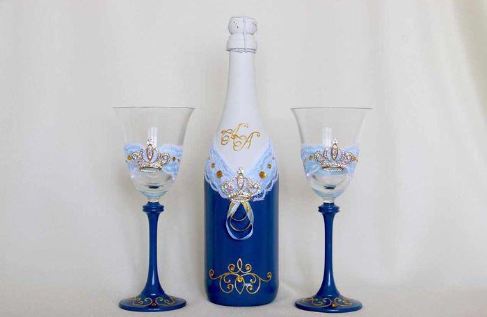 идея светлого оформления дизайна свадебных бокалов