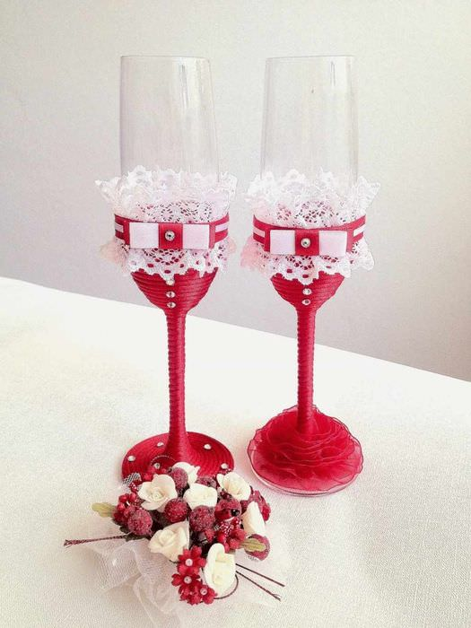 пример необычного украшения декора свадебных бокалов