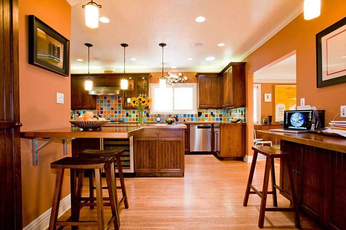 пример сочетания необычного персикового цвета в интерьере квартиры