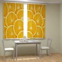 пример светлого интерьера окна на кухне фото