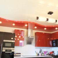 вариант яркого стиля потолка кухни картинка