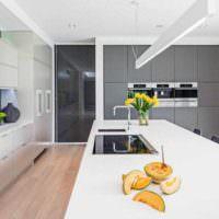 вариант светлого интерьера потолка на кухне картинка