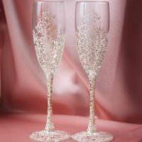 пример красивого украшения стиля свадебных бокалов фото