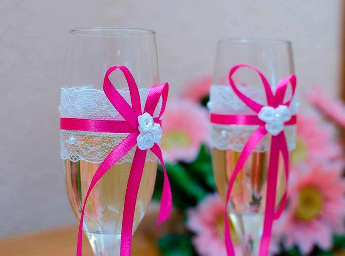 вариант светлого оформления декора свадебных бокалов