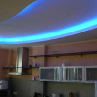 пример светлого стиля потолка кухни фото