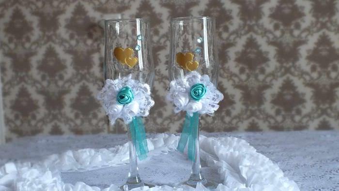 пример необычного украшения стиля свадебных бокалов