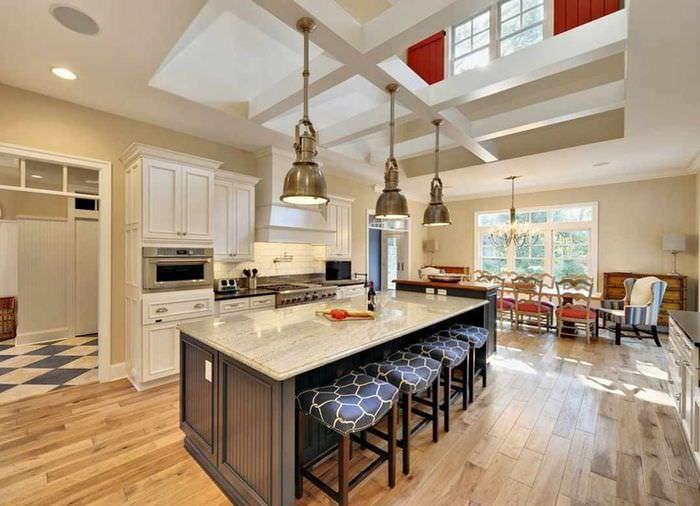 вариант необычного стиля потолка кухни