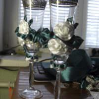 идея необычного украшения стиля свадебных бокалов фото