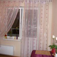 пример необычного декора окна на кухне фото