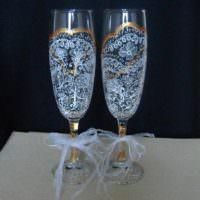 вариант яркого украшения дизайна свадебных бокалов картинка