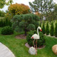 Скульптура лебедя в саду