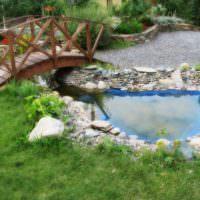 Пруд и деревянный мостик в саду