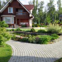 Пруд в середине сада и жилой дом на заднем плане